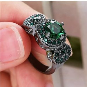 Jewelry - New Green Emerald gem round engagement ring